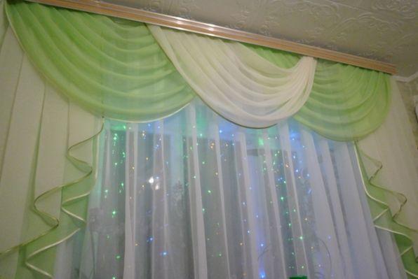 Окно моей комнаты, украшено гирляндой) .